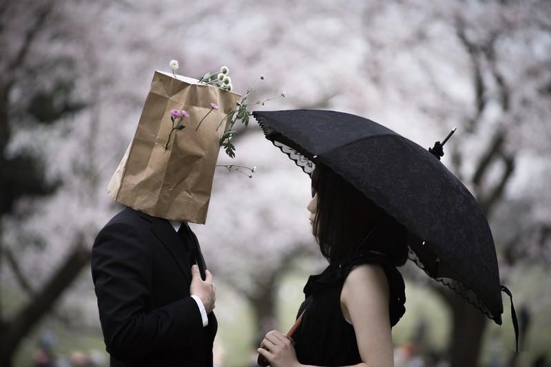 紙袋の男と女性