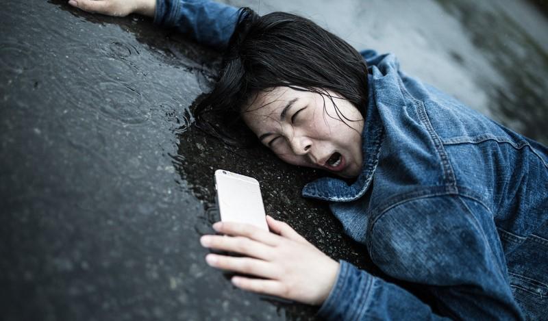 ショックを受けて倒れる女性